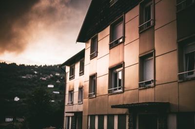 Wetter und Licht lassen das Haus glänzen als wäre es aus Blech